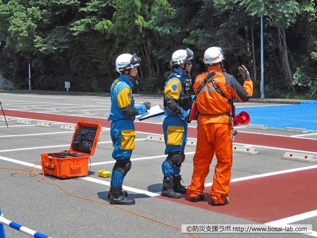 兵庫県警が到着、現場にいる神戸市の消防士と情報共有を進めて救助用の機材の搬送準備。