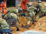 陸上自衛隊第3特科隊による土砂排出により埋まった家屋の開口部を確保。