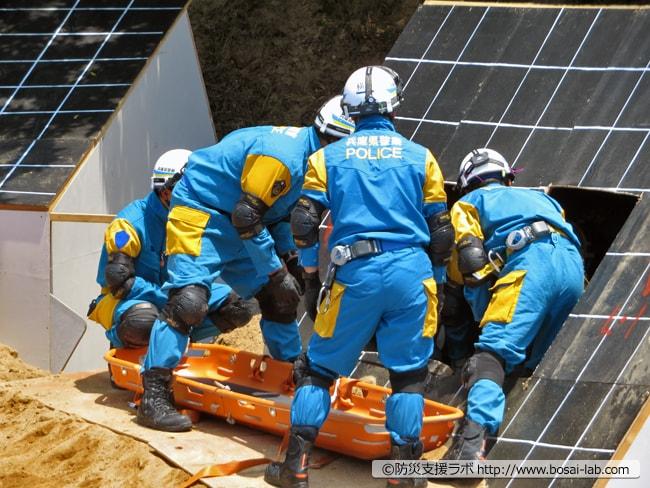 兵庫県警が要救助者をバスケット担架に乗せて埋まった家屋の外へと救出。