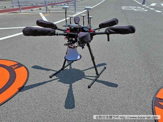 大型ドローン(DJI社 M600)にスピーカーを取り付けたバージョン。被災現場で指示を出すことも可能ですが、今回の訓練では飛行しておりませんでした。