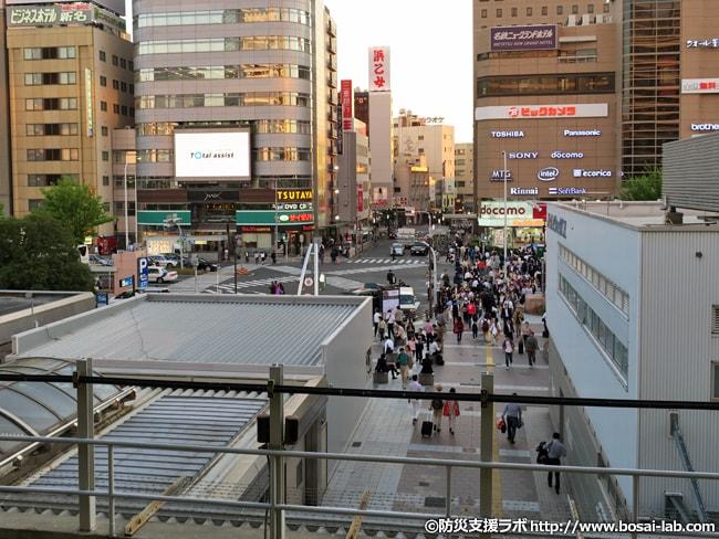 駅前の通勤など一般市民の動き