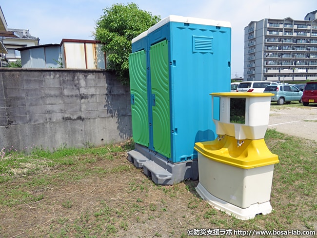 防災訓練会場に設置された仮設トイレ。洗面所も併設されている。気温も高かったため、洗面所の水でタオルを濡らして冷やす方もしばしば。