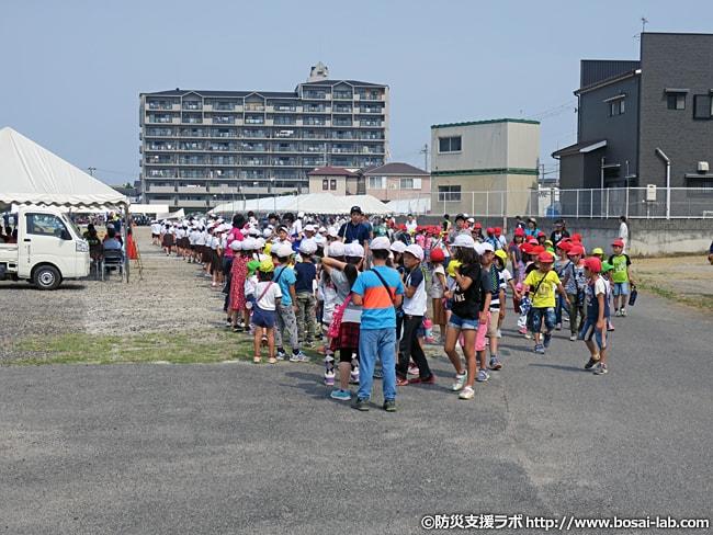 訓練会場へ進入する手前にあたる待機位置から撮影。多数の住民が集団避難訓練へ参加。