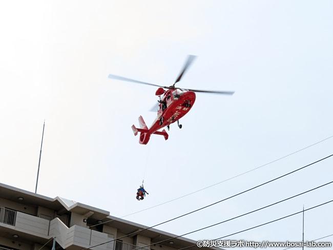 消防ヘリ「おおさか」による救助救出訓練。近くのマンションの屋上を利用し、すぐ近くまで飛来。