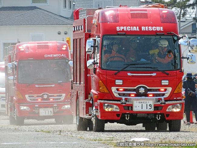 岸和田市消防本部の各車両が訓練会場へ。特別救助隊(レスキュー隊)などを乗せた車輌が土煙をあげつつ侵入。