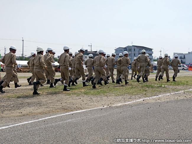 岸和田市の水防団が対応現場まで駆けつける様子。