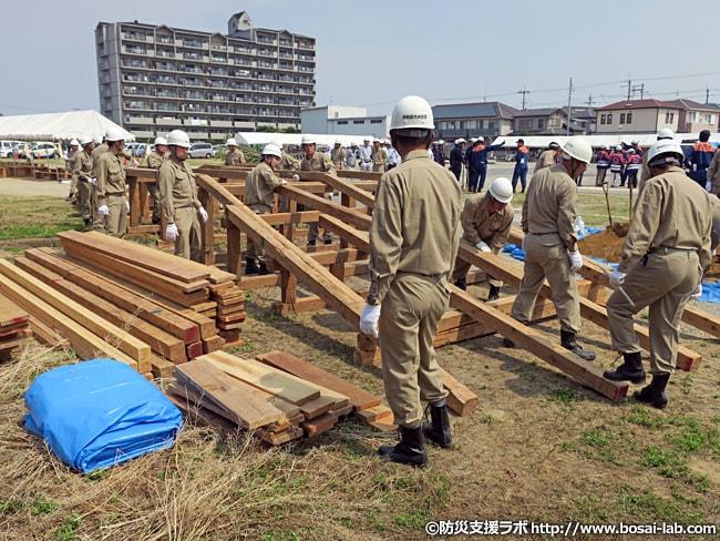 岸和田市の水防団が仮設の橋を構築を開始。基礎的な土台だけは用意されていましたが、他の部分は別の場所から資材を搬入して対応スタート。