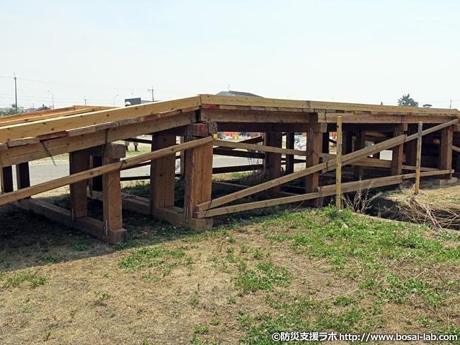 水防団が組み上げた仮設橋の中間部分を横から撮影。