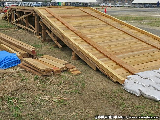 岸和田市の水防団が組み上げた仮設橋の全体像。人間程度なら充分渡れますが、軽自動車などどれくらいの耐荷重があるのかは不明。