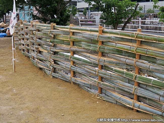 岸和田市水防団による竹が編み込まれた築廻し工。堤防の斜面崩れに対応。今回は竹を使いましたが、いつでも竹を用意できる訳ではないので他の部材も用意されているそうです。