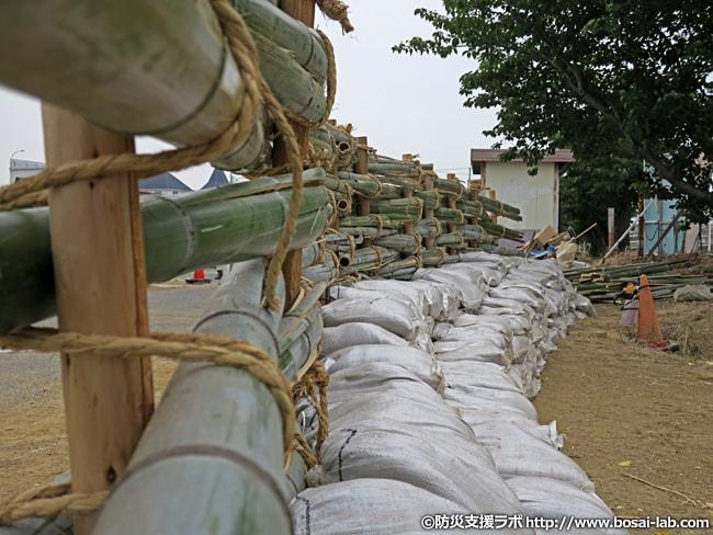 築廻し工の裏側。竹の柵に寄って撮影。こちらも土のうが厚めに積まれています。