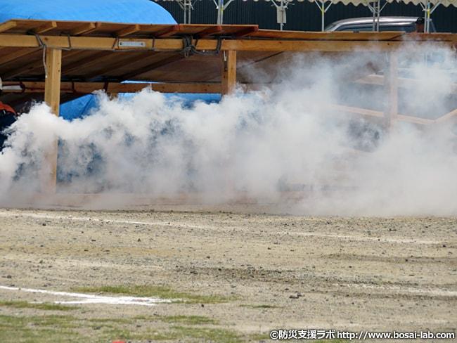 バケツリレーでの初期消火では追いつかない火災へと発展した家屋も発見という想定で岸和田市の消防団が参加へ。