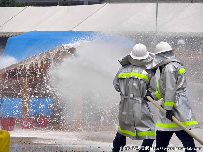 岸和田市消防団による消火活動。防火服を着つつ、泡放水を実施。