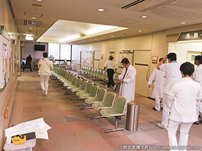 災害発生と同時に対策本部の設置。場所については、今回、広めの廊下(患者が待機できるベンチは移動可能なので)が使われました。