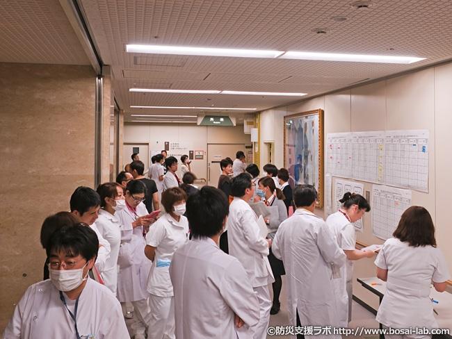 医師・看護師が災害対策本部付近への集合がはじまり、続々と名簿へ書き込まれていきますが、さすがに広い通路も埋まり気味に。
