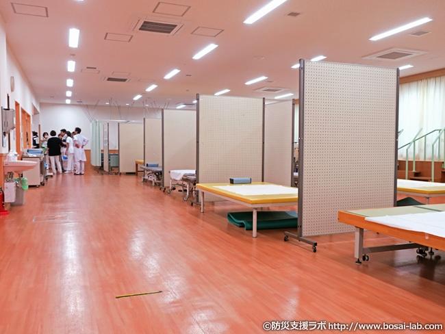 トリアージ黒色の設置。市立貝塚病院の建物としての構造や訓練の都合でトリアージポストからかなり遠い位置の設置となり、移送を担当される方は訓練時間の往復でも汗だくに。