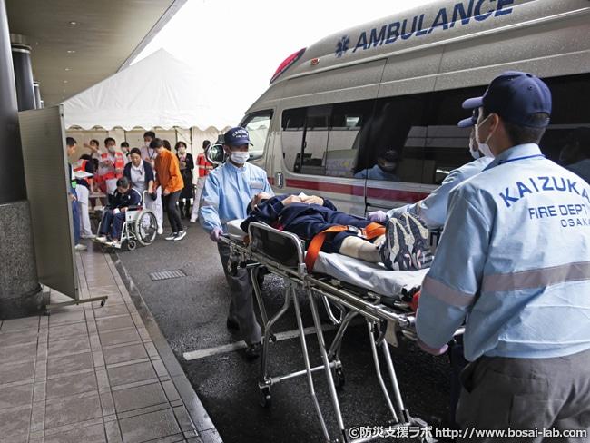貝塚市消防本部の協力で傷病者の受入がスタート。搬送されてくる傷病者役は看護学校の学生が多数参加しました。