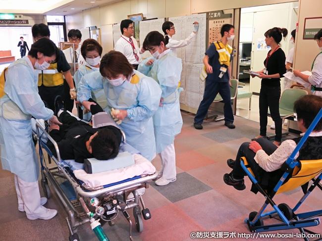 傷病者受け入れ開始時のトリアージ黄色エリアの様子。災害医療ではハイペースで患者が搬送されてくる以外にも、容体の変化をも激しいため各トリアージエリア間での再移送のため出入りが激しくなってきます。