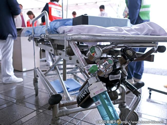 トリアージポスト前で待機する傷病者を移送用のストレッチャー。