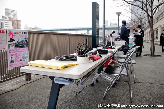 撮影取材のため早い時間帯に到着。現地では大阪市消防局の職員の方々が延長ホースや通信機器など準備が進められていました。