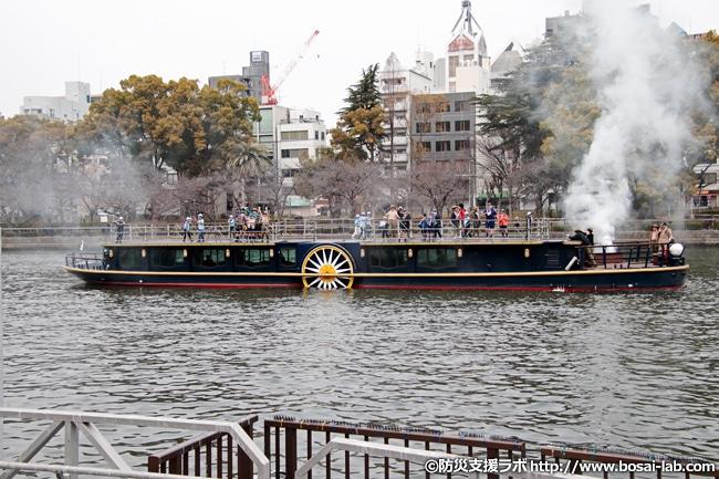 大阪水上バス株式会社の水上バス、ひまわり。火災発生の想定で船首と船尾からの発煙でスタートしました。