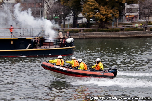 水上バス「ひまわり」はバスの乗客役としてボーイスカウトの方々が乗船しています。