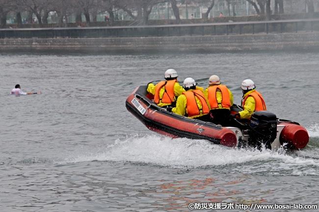 消防艇は2艇用意されており、1艇目は情報収集役として河川を疾走。