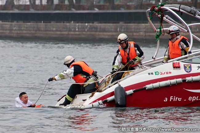 消防艇の2艇目は火災発生の水上バスから慌てて河川へと逃げた乗客2名の救助へ。