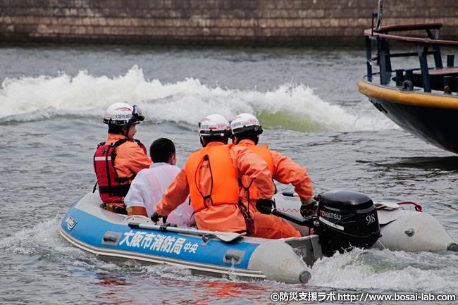2艇目の消防艇が救助に成功し、乗客を艇内へ回収。