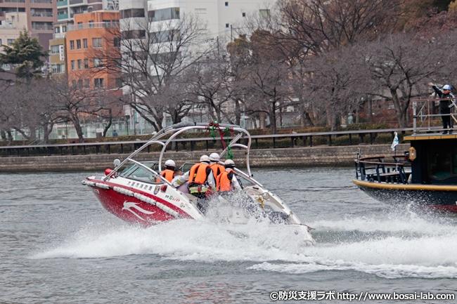 水上バス「ひまわり」近辺から離脱する救助艇「ゆめしま2号」。