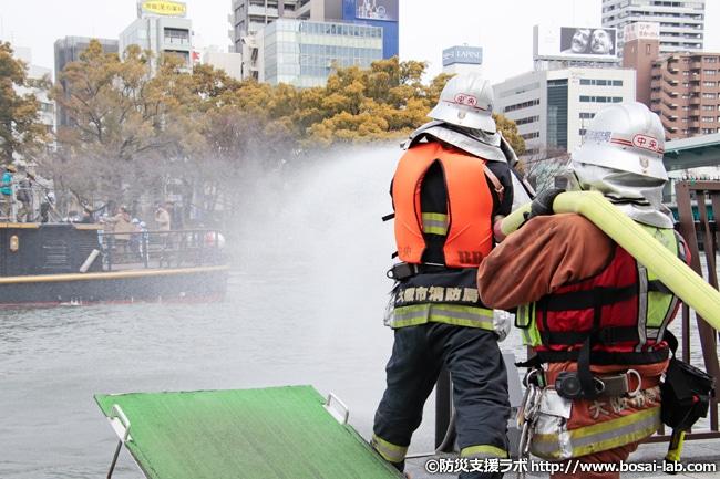 水上バスが着岸しつつ、消火隊が岸から放水へ。今回は訓練なので最大送水量での放水を水上バスへ直接実施はしませんでした。