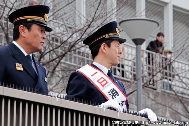 訓練の様子を見る1日消防署長となった西川忠志さん。