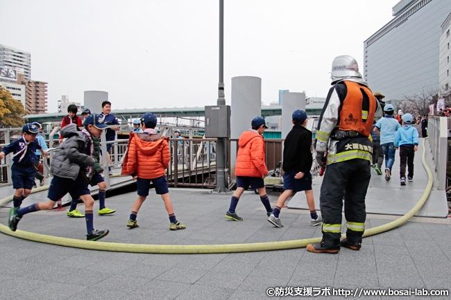 消火活動を終え、安全が確認されたのち乗客役のボーイスカウトの方々が避難。