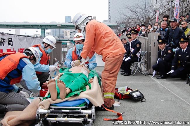 応急処置・救命処置が必要な乗客は救急隊へと引き継がれました。