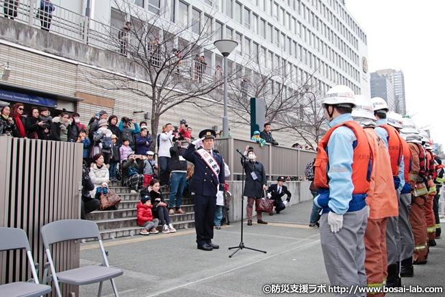 京阪シティモールの北側、天満橋駅をバックに訓練終了報告。