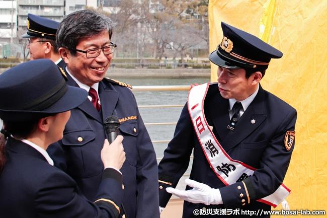 煙中避難体験エリアの前で体験内容を語る西川忠志さん。