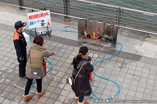 初期消火訓練コーナーへ参加される市民の方々。