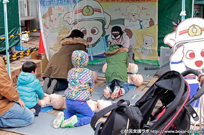 同じく応急手当体験エリアでお子様と一緒に参加される市民の方。