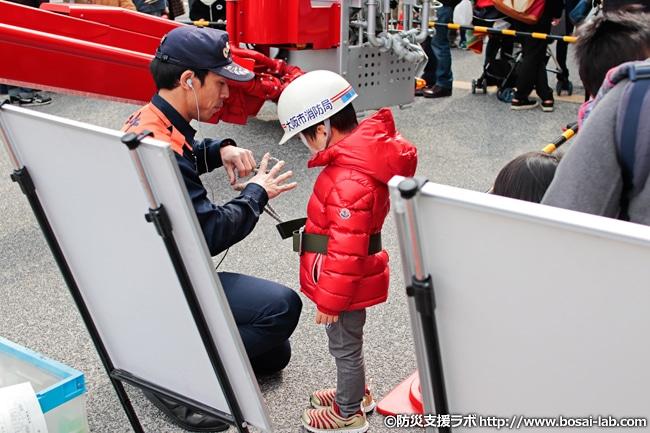 高所活動車乗車体験エリアで乗り込み準備をされるお子様。体験コーナーでも人気があり、車輌周辺では乗車待ちの行列が見られました。