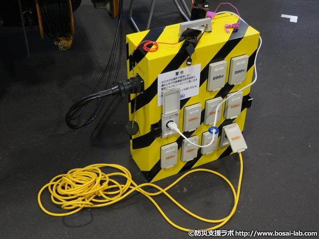 総務省 東海総合通信局の移動電源車に接続された単相三線出力パネル。